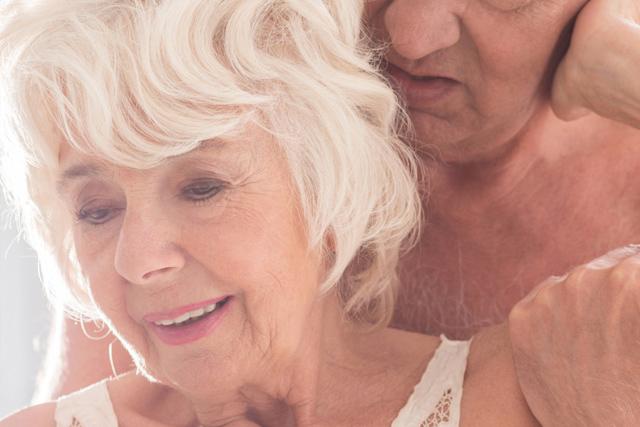 Idosa com parceiro em momento íntimo
