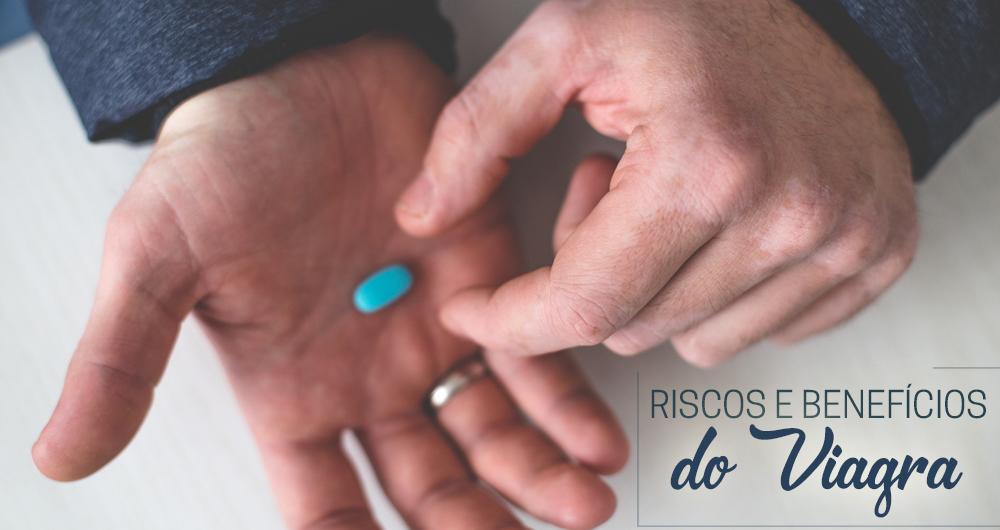 Homem com pílula azul nas mãos