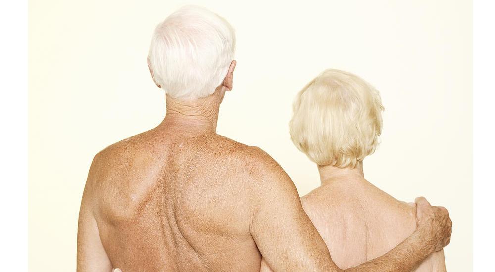 Casal idoso abraçados e nus