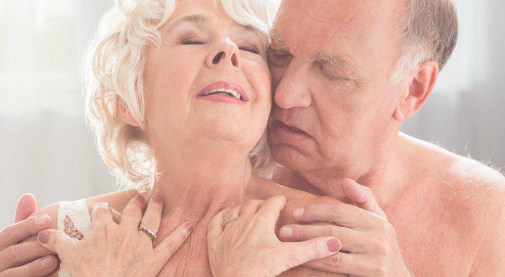 Casal idoso acariciando-se