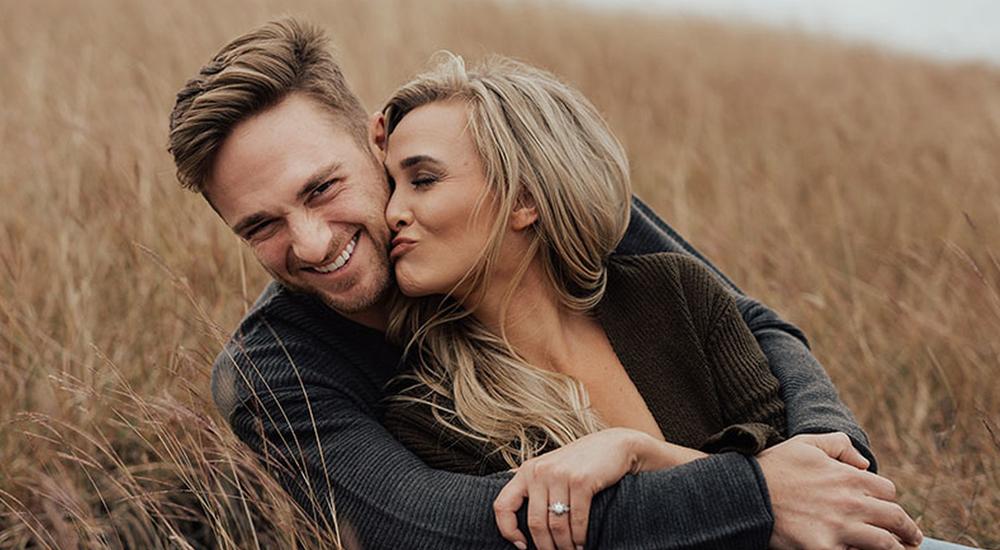 Casal sorrindo e abraçados