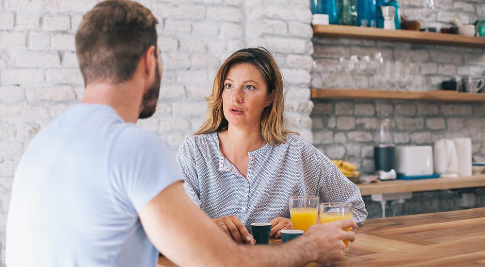 Casal discutindo enquanto toma lanche
