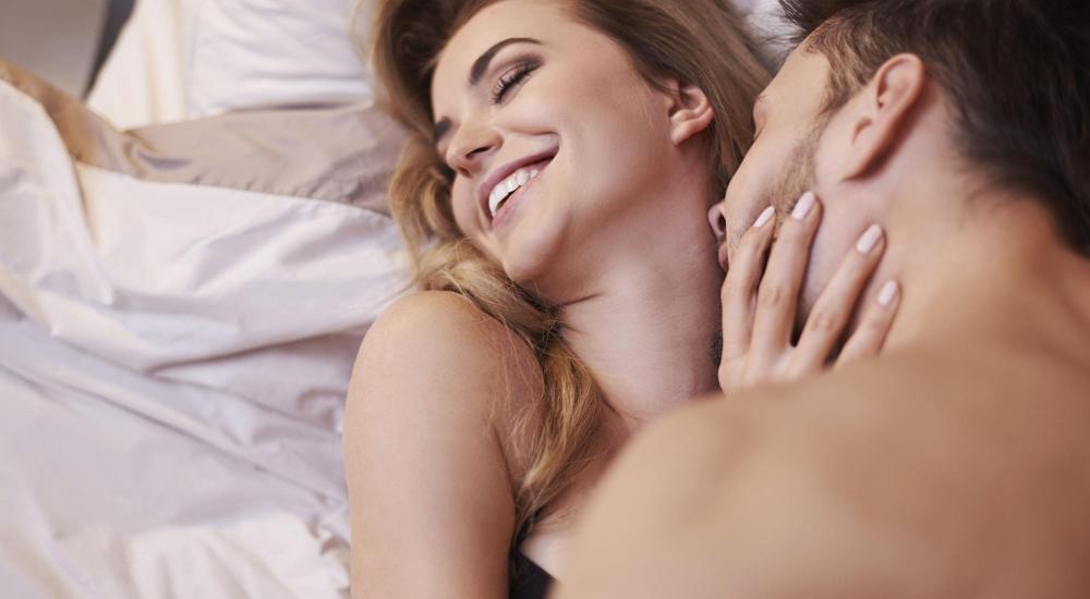 Casal feliz sorrindo enquanto beijam-se