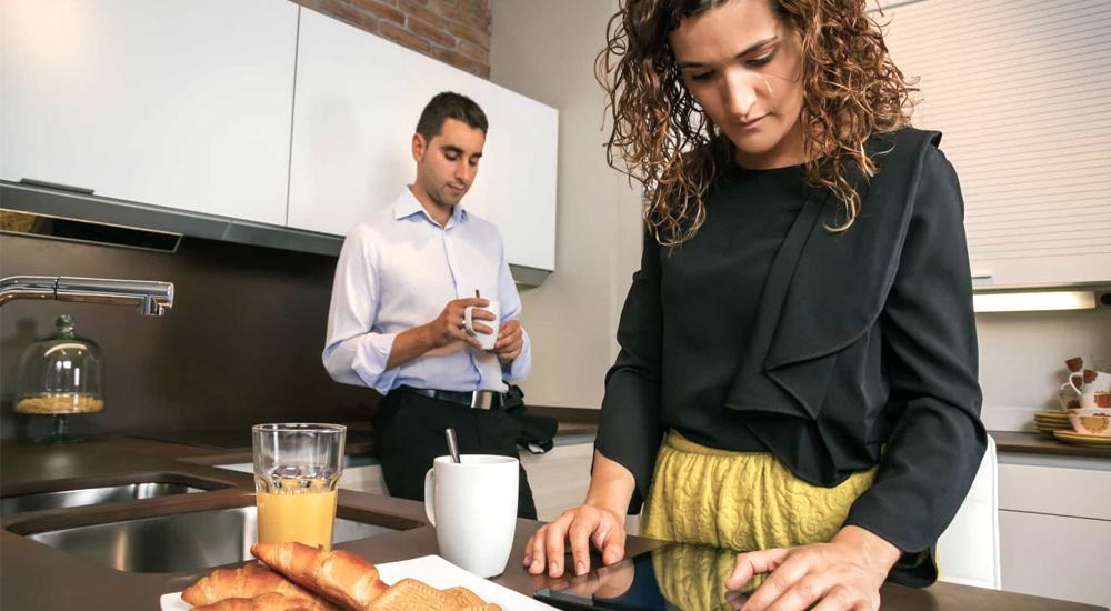 A imagem pode conter um homem e uma mulher aparentemente chateados, em pé, enquanto comem