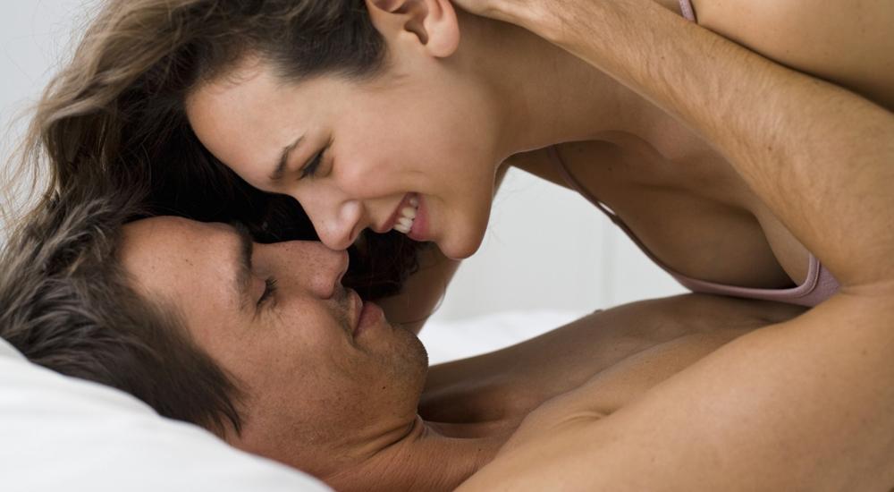 Jovem casal feliz sorrindo e se beijando