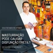 Doutor Max segurando um livro sobre Disfunção Erétil equanto responde a duvidas sobre o assunto
