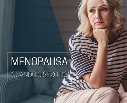 Mulher de meia idade chateada, sentada com o rosto apoiado na mão, de forma pensativa.