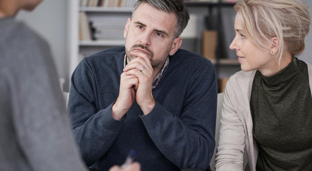 Casal conversando com terapeuta
