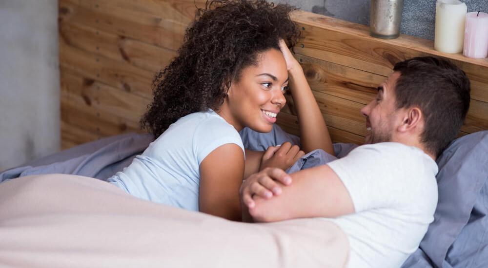 Casal conversando na cama